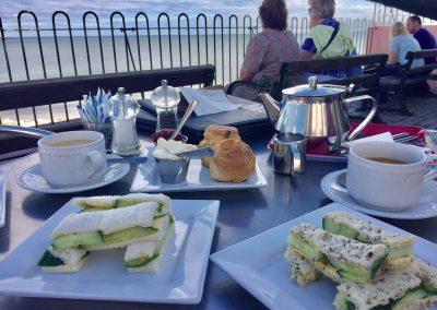 Creamtea und Scones mit Aussicht auf die Lyme Bay